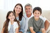 Porträtt av en leende familj — Stockfoto