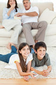 Family watching tv in the living room — Stock Photo