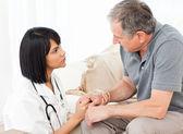 Mężczyzna rozmawia z jego pielęgniarka — Zdjęcie stockowe