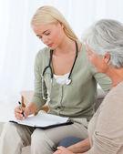 Arts praten met haar patiënt — Stockfoto