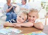 çocuklar oturma odasında kamera bakıyor — Stok fotoğraf