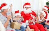Santa claus con una familia feliz — Foto de Stock