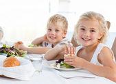 Bambini felici a tavola — Foto Stock