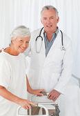 Patienten mit ihrem arzt in die kamera schaut — Stockfoto