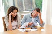 年轻夫妇计算他们国内的账单 — 图库照片