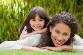 Rozkošný matka s dcerou na zahradě — Stock fotografie