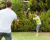 Happy father and his son playing baseball — 图库照片