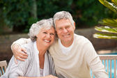 Senior couple hugging in the garden — Stockfoto