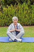 Pratik yoga bahçede kadın emekli — Stok fotoğraf