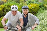 Äldre par mountainbike utanför — Stockfoto