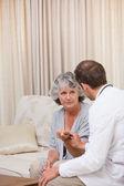 Arzt im gespräch mit seinem partient — Stockfoto