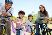 Familia con sus bicicletas — Foto de Stock