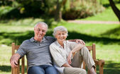 Senior couple sitting on a bench — 图库照片
