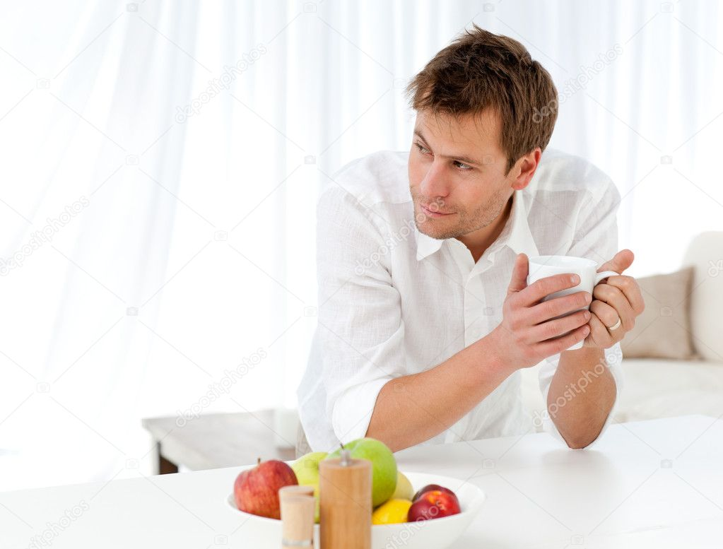 Мужчина пьет таблетки для потенции