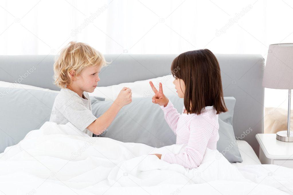 porno-brat-s-sestroy-igrayut-v-karti