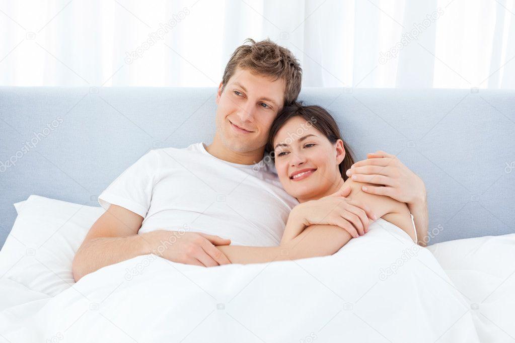 На кровати с подружкой 3 фотография