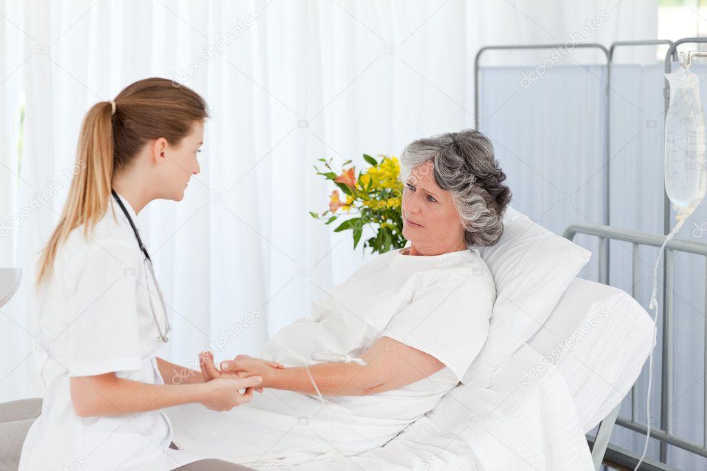 Симпатичная медсестра и пациент 3 фотография