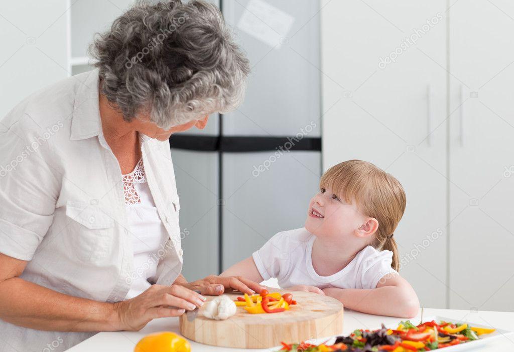 Ni a mirando a su abuela que est cocinando foto de - Nina cocinando ...
