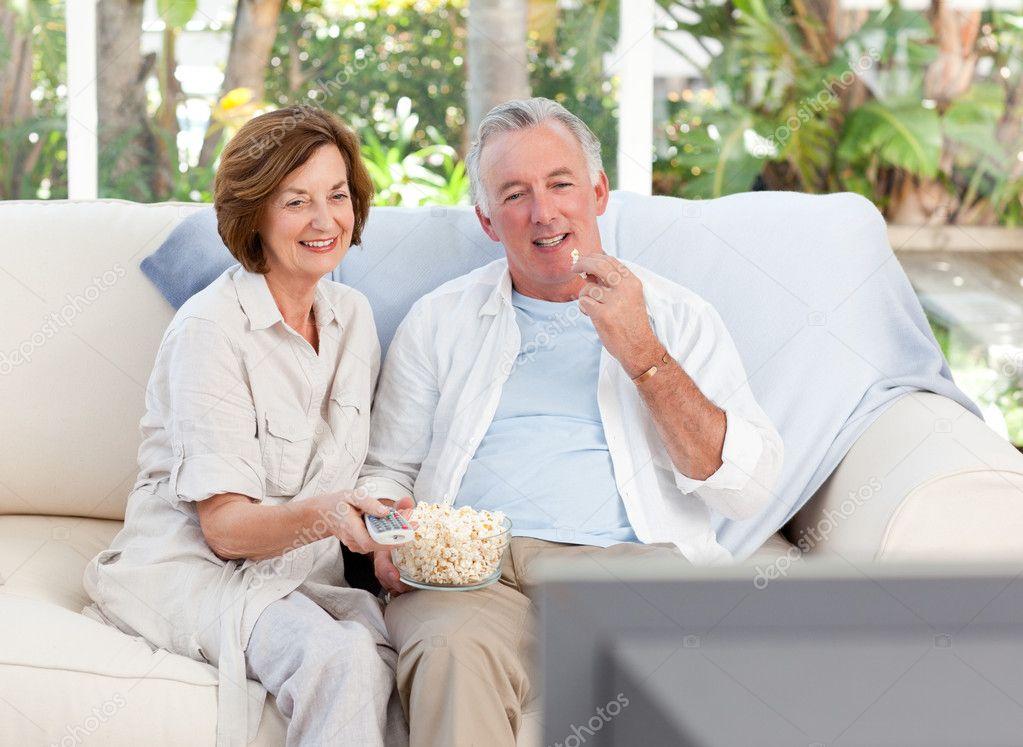 Personnes g es regarder la t l vision la maison photographie wavebreakm - Exoneration redevance tv personnes agees ...