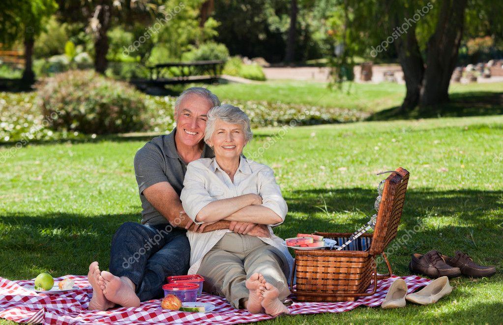 Baixar  Casal de idosos um piquenique no jardim — Imagem de Stock
