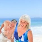 coppia felice sulla spiaggia — Foto Stock