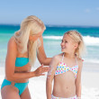 Mother applying sun cream on her daughter's back — Stock Photo