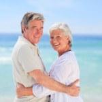 starszy mężczyzna, obejmując ją żona — Zdjęcie stockowe #10854332