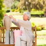äldre kvinna efter shopping — Stockfoto