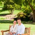 坐在板凳上,情侣 — 图库照片