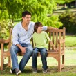 pai com seu filho no banco — Foto Stock