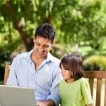 pai com seu filho, olhando para seu laptop — Foto Stock