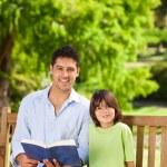 filho com o pai a ler um livro — Foto Stock