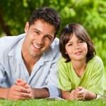 ojca i jego syna w pozycji leżącej — Zdjęcie stockowe #10859850