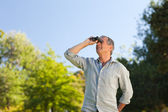 Man looking at the sky with his binoculars — Stock Photo