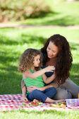 Mutter und Tochter Picknick — Stockfoto