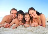 在沙滩上的家庭 — 图库照片