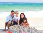 Plajda radyant aile — Stok fotoğraf