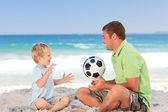 Lycklig far spela fotboll med sonen — Stockfoto