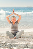 Elderly woman doing her streches — Stock Photo