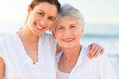 Kızı annesiyle birlikte gülümseyen — Stok fotoğraf