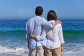 Enamored couple looking at the sea — Stock Photo