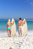 Lovers with their surfboards — Foto Stock