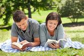 Paar, ein buch zu lesen — Stockfoto
