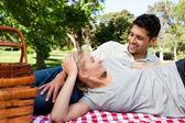 Couple pique-nique dans le parc — Photo
