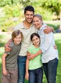 Gelukkige familie in het park — Stockfoto