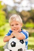 Chłopiec z jego piłkę w parku — Zdjęcie stockowe