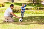 Padre jugando al fútbol con su hijo — Foto de Stock