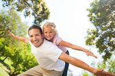 Father playing with his daughter in the park — Stockfoto