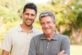Père avec son fils en regardant la caméra — Photo