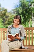 Krásná žena, čtení — Stock fotografie